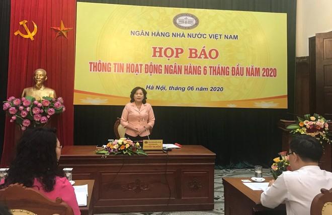 Bà Nguyễn Thị Hồng, Phó Thống đốc Ngân hàng Nhà nước (NHNN) Việt Nam trao đổi tại Họp báo.