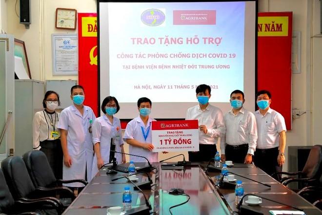 Agribank hỗ trợ Bệnh viện bệnh nhiệt đới Trung ương trong phòng chống dịch Covid-19. Hoạt động trao tặng được diễn ra tại cơ sở 2 của Bệnh viện (Số 78 Đường Giải Phóng, Hà Nội), nhằm đảm bảo an toàn phòng chống dịch theo quy định.