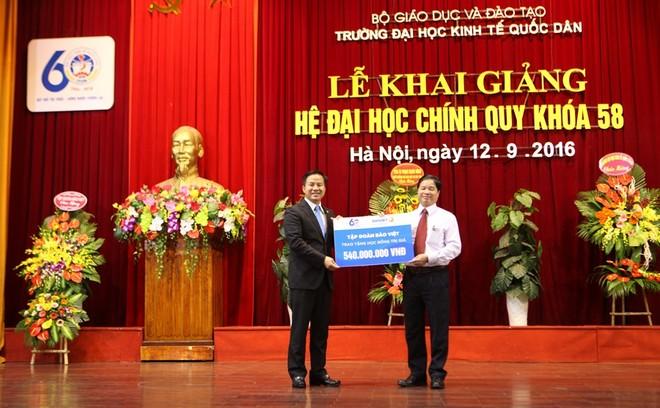 """Trao tặng học bổng """"Bảo Việt – Niềm tin thắp sáng Tương lai"""" cho tân sinh viên"""