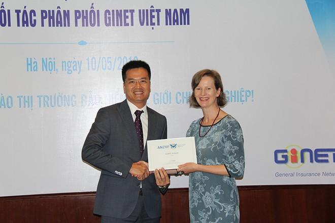 Ông Ngô Thanh Nam (trái), tân Chủ tịch Hội đồng quản trị Công ty cổ phần Môi giới bảo hiểm GINET Việt Nam