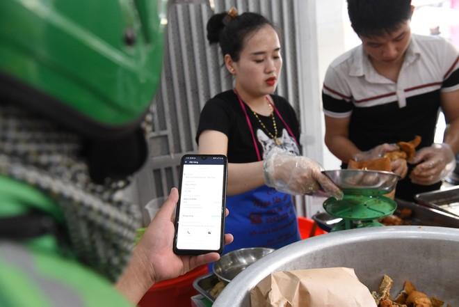 Thời tiết nắng nóng, shipper xếp hàng dài mua đồ ăn ảnh 7