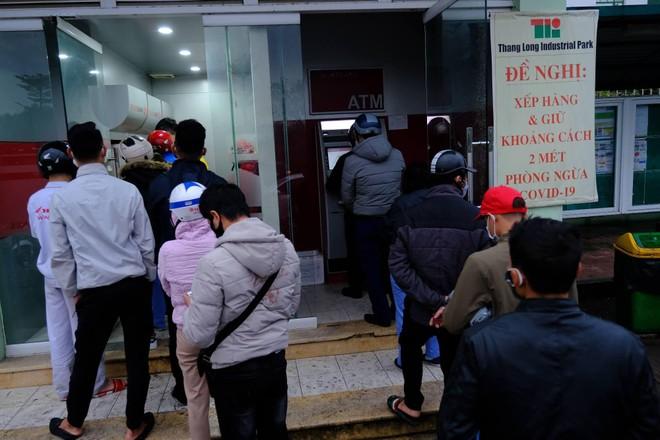 Xếp hàng, đeo khẩu trang rút tiền ATM ngày cận Tết ảnh 4