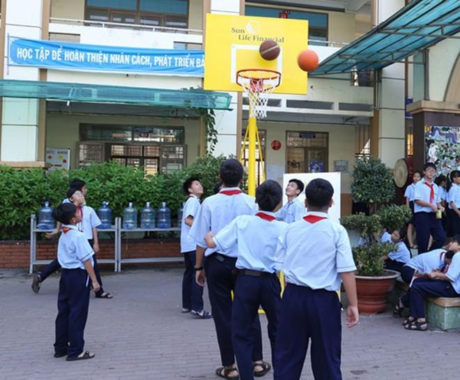 Sun Life Việt Nam lắp đặt trụ bóng rổ tạo sân chơi cho các em học sinh