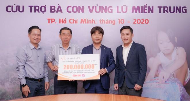 Hanwha Life Việt Nam trao tặng 200 triệu cứu trợ bà con vùng lũ miền Trung