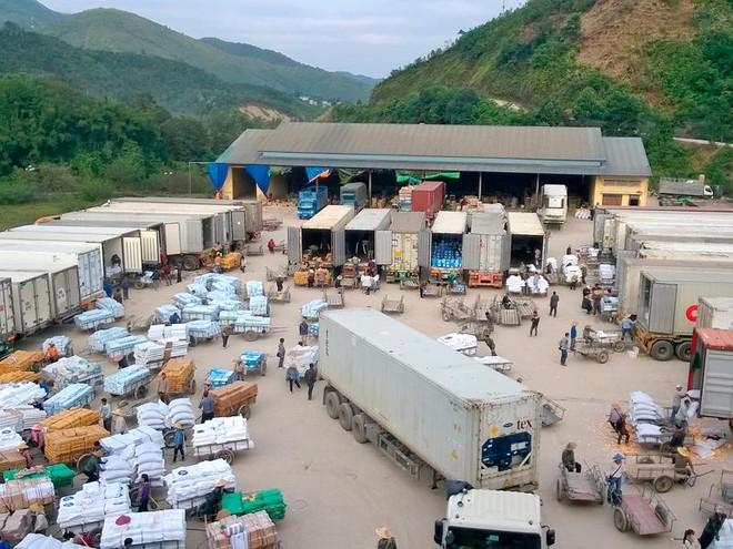 Xuất khẩu tiểu ngạch sẽ gánh chịu nhiều rủi ro. Trong ảnh: Hàng hóa chờ xuất tại Cửa khẩu Bắc Phong Sinh (Quảng Ninh)