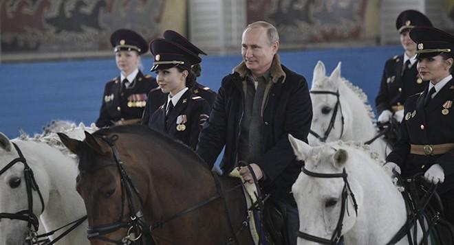 Tổng thống Nga Vladimir Putin cưỡi ngựa cùng với các nữ cảnh sát để chúc mừng họ nhân Ngày Quốc tế Phụ nữ sắp tới tại Moscow. Ảnh: Sputnik.
