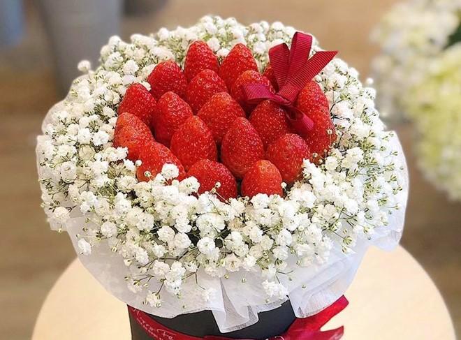 Những bó hoa ăn được có giá tiền triệu hút khách trước lễ 8/3.