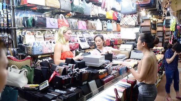 Mua sắm tiêu dùng tại chợ Bến Thành, TP.HCM - Ảnh: TTO