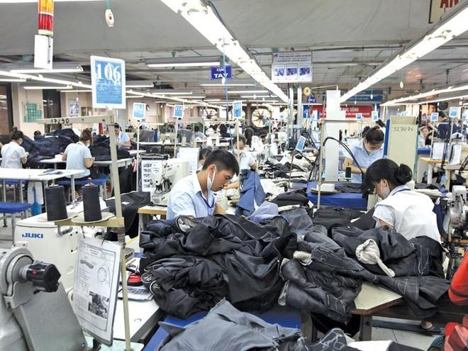 Nếu bị giảm 4 giờ làm việc bình thường mỗi tuần, một doanh nghiệp có quy mô trung bình của ngành dệt may, với khoảng 2.000 lao động, sẽ phải chi thêm cho giờ làm thêm khoảng 5 tỷ đồng mỗi năm.