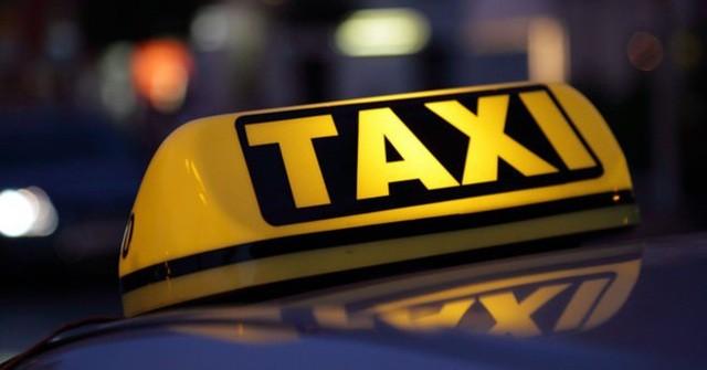 """Bộ GTVT tiếp tục chọn phương án giữ nguyên quy định xe taxi phải có hộp đèn với chữ """"TAXI"""" gắn cố định trên nóc xe, kích thước tối thiểu của hộp đèn là 12x30 cm."""
