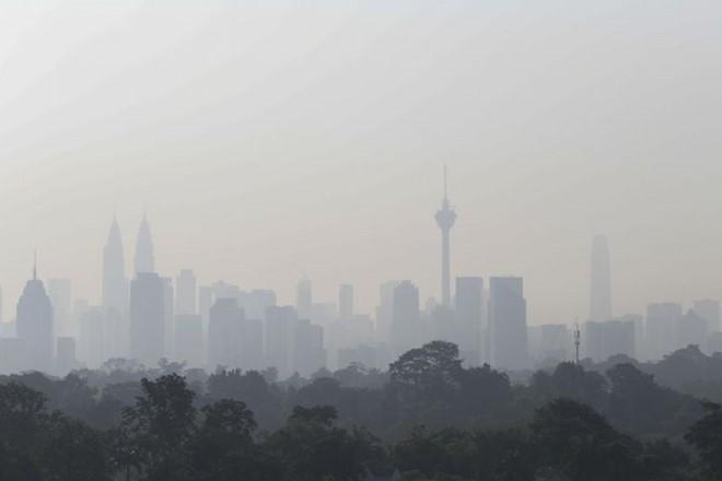 Khói bụi từ các vụ cháy rừng ở Indonesia bao trùm thủ đô Kuala Lumpur, Malaysia. Ảnh: Straitstimes