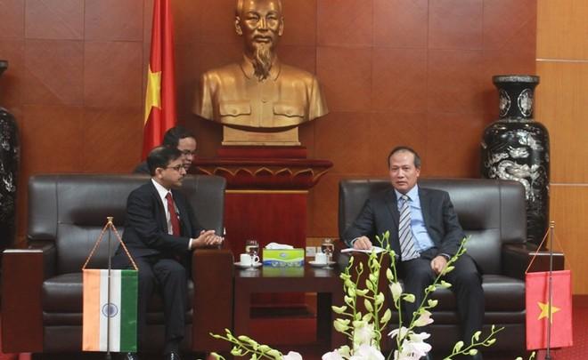 Thứ trưởng Bộ Công Thương, Cao Quốc Hưng đề xuất nhiều giải pháp tháo gỡ cho mặt hàng hương nhanh xuất khẩu vào Ấn Độ với ông Pranay Verma, Đại sứ Ấn Độ tại Việt Nam trong buổi làm việc