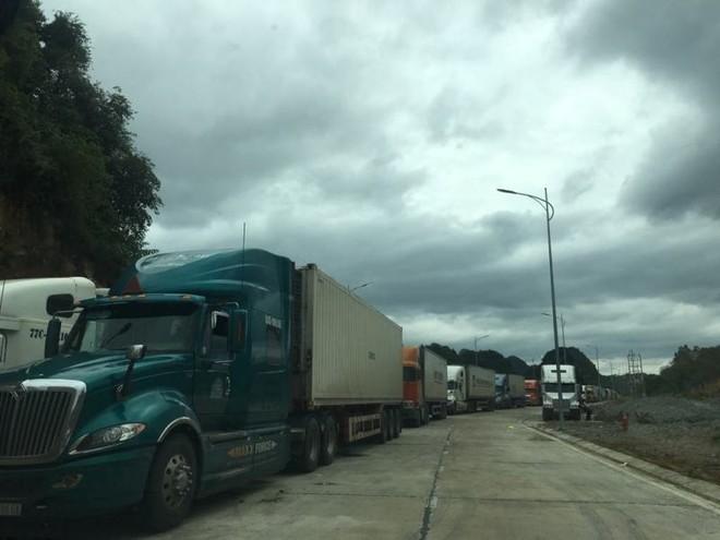 Hiện vẫn còn hàng trăm xe container nông sản cửa khẩu Tân Thanh, tỉnh Lạng Sơn.