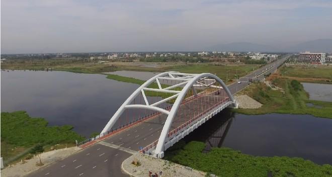 Cầu qua sông Cổ Cò có chiều dài toàn tuyến 1,21km với điểm đầu từ nút giao với đường Trần Đại Nghĩa - Võ Chí Công đến điểm cuối là nút giao với đường Võ Quý Huân và đường ven sông Cổ Cò thuộc khu dân cư Tân Trà. Thời gian thực hiện 17 tháng kể từ ngày ký hợp đồng.