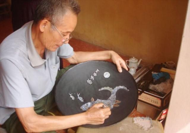 Dưới bàn tay các nghệ nhân, sản phẩm sơn mài - khảm trai của Chuyên Mỹ đạt đến độ tinh xảo