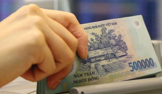Hàng loạt ngân hàng đang tiến hành giảm lãi suất cho vay.