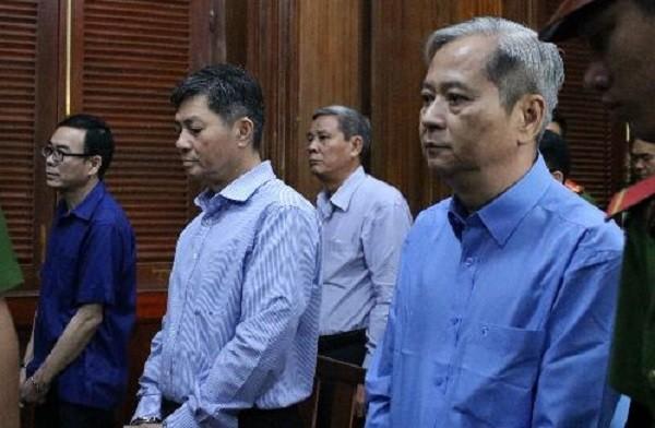 Nguyễn Hữu Tín (ngoài cùng bên phải) và các đồng phạm trong phiên xét xử ngày 30/12