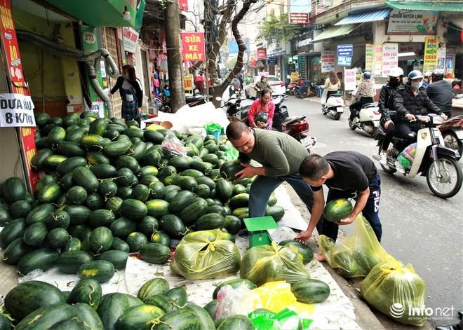 Không thể xuất khẩu, rất nhiều xe container chở các mặt hàng nông sản từ miền Trung ra như dưa hấu, thanh long đã phải quay ngược về Hà Nội để tiêu thụ trong nước (Ảnh: Infonet)