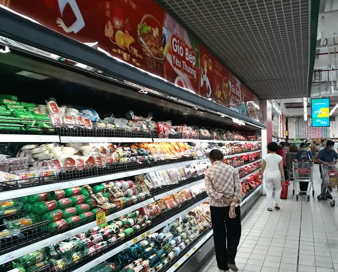 Các doanh nghiệp sản xuất và hệ thống siêu thị đều đảm bảo đủ nguồn hàng cung ứng đến người tiêu dùng (Ảnh: HP).