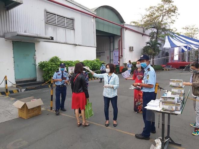 Đo thân nhiệt, phát khẩu trang cho công nhân tại Công ty Bowker Việt Nam (Hồng Kông) tại tỉnh Bình Dương.