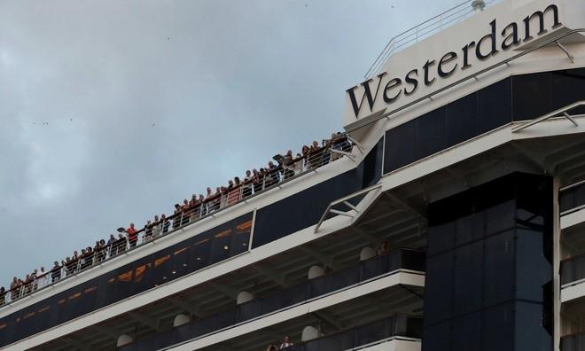 Sau khi tàu Westerdam cập cảng ở Campuchia, 236 hành khách và 747 thủy thủ đoàn vẫn ở trên tàu. Ảnh: Reuters.