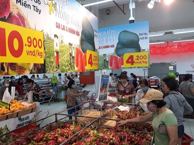 Được biết, các thương lái hiện cũng đẩy mạnh thu mua thanh long, dưa hấu tại các địa phương nhằm hợp tác cùng các siêu thị trong tiêu dùng nội địa.