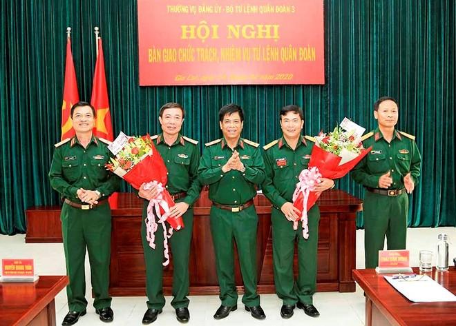 Trung tướng Nguyễn Văn Nghĩa chúc mừng Thiếu tướng Thái Văn Minh và Đại tá Nguyễn Anh Tuấn.
