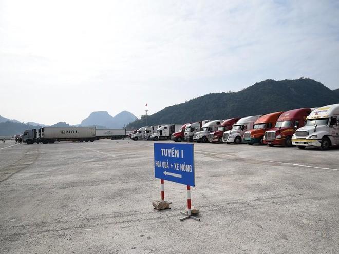 Xuất khẩu nông sản sang Trung Quốc đang bị ảnh hưởng bởi dịch Covid-19. Trong ảnh: Xe chờ thông quan tại cửa khẩu Tân Thanh (Lạng Sơn). Ảnh: Đ.T
