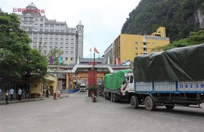 Tốc độ thông quan hàng hóa xuất nhập khẩu qua cửa khẩu Tân Thanh trong ngày 20/2 còn khá chậm, với 11 xe nông sản được làm thủ tục xuất khẩu.