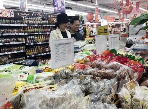 Khách lựa chọn hàng hóa tại siêu thị Vinmart. Ảnh: Trần Việt - TTXVN