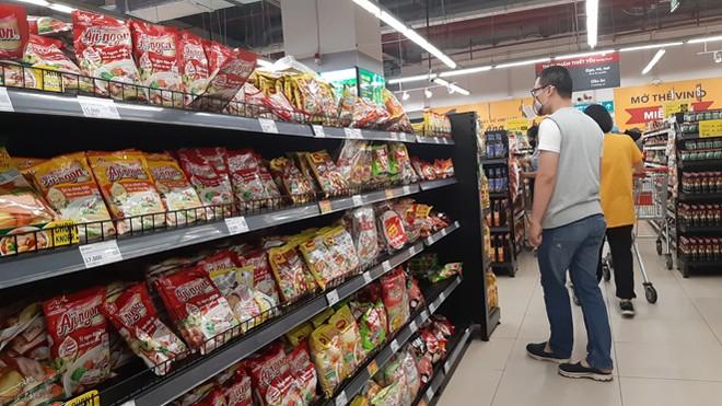 Lương thực, thực phẩm đầy ắp kệ siêu thị, người dân thoải mái mua sắm ảnh 2