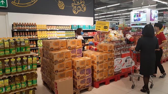 Lương thực, thực phẩm đầy ắp kệ siêu thị, người dân thoải mái mua sắm ảnh 3