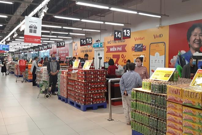Lương thực, thực phẩm đầy ắp kệ siêu thị, người dân thoải mái mua sắm ảnh 4