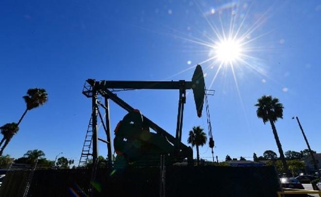 """Nếu giá dầu tiếp tục đi xuống, nhiều doanh nghiệp khai thác dầu quy mô nhỏ và độc lập ở Mỹ sẽ phải nộp đơn phá sản vì không đủ sức """"gánh"""" các khoản vay ngân hàng. Ảnh: AFP"""