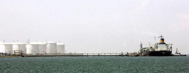 Lo ngại thế giới sắp hết chỗ chứa dầu, đã có doanh nghiệp tính phương án đóng thêm tàu dầu để tích trữ trên biển. Ảnh: AFP