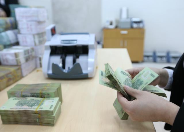 Các chuyên gia khuyến nghị, Ngân hàng Nhà nước cần trợ giúp trực tiếp về thanh khoản cho những ngân hàng có hỗ trợ thiết thực và cụ thể đối với doanh nghiệp gặp khó khăn.