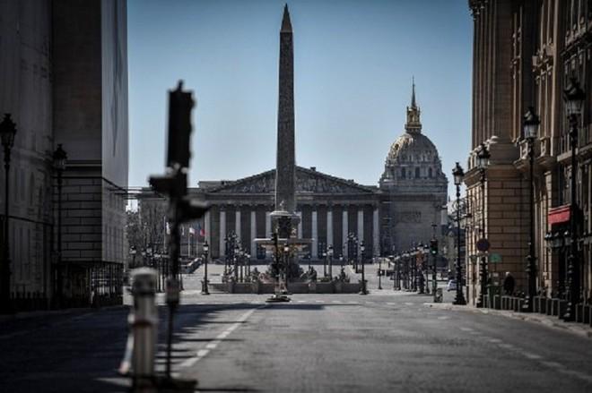 Phong tỏa các hoạt động kinh tế và giãn cách xã hội để ngăn dịch Covid-19 lây lan là nguyên nhân chính kéo tụt tăng trưởng kinh tế toàn cầu năm 2020. Trong ảnh: Khu vực Điện Invalides tại Paris hôm 30/3 không một bóng người sau lệnh phong tỏa 14 ngày. Ảnh: AFP