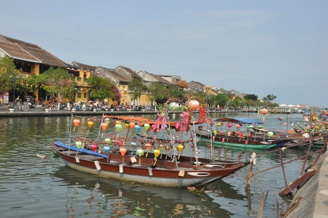 Những chiếc thuyền neo đậu chờ khách trên sông Hoài (Ảnh: Hoàng Anh).