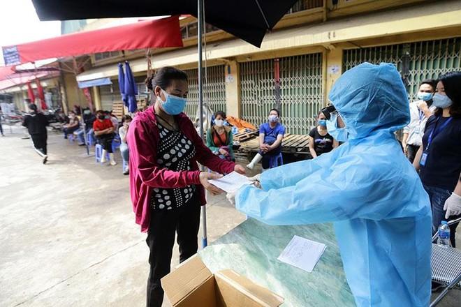 Hình ảnh Hà Nội xét nghiệm nhanh Covid-19 tại chợ Long Biên ảnh 10