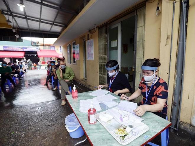 Hình ảnh Hà Nội xét nghiệm nhanh Covid-19 tại chợ Long Biên ảnh 1