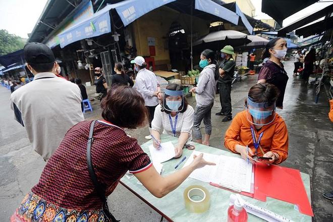 Hình ảnh Hà Nội xét nghiệm nhanh Covid-19 tại chợ Long Biên ảnh 2
