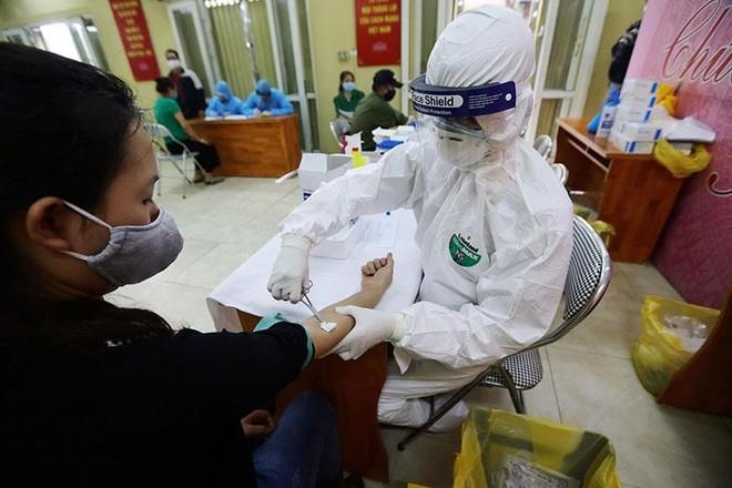 Hình ảnh Hà Nội xét nghiệm nhanh Covid-19 tại chợ Long Biên