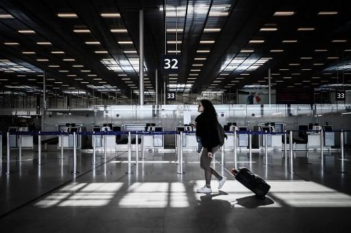 Hàng không là một trong những lĩnh vực chịu đòn giáng nặng nề nhất của dịch Covid-19. Trong ảnh: Sân bay quốc tế Orly (Pháp) ngày 30/3 vắng vẻ khi chính quyền địa phương áp dụng các biện pháp giãn cách xã hội. Ảnh: AFP