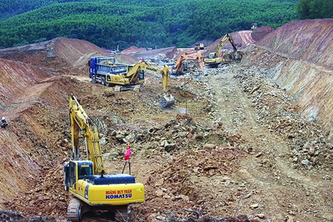 Các nhà thầu thi công nền đường tại Dự án cao tốc Cam Lộ - La Sơn, một trong 3 dự án thành phần cao tốc Bắc - Nam phía Đông sử dụng vốn đầu tư công.