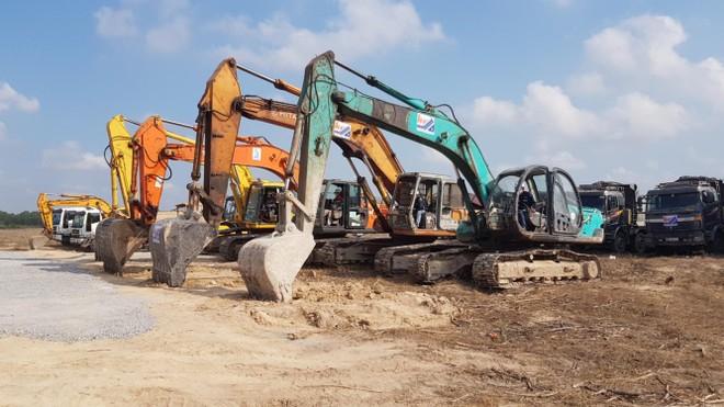 Các nhà thầu đang khẩn trương thi công các công trình hạ tầng kỹ thuật tại khu tái định cư Lộc An - Bình Sơn, nơi sẽ đón những hộ dân đầu tiên trong khu vực dự án Sân bay Long Thành đến sinh sống. Ảnh: Phạm Tùng
