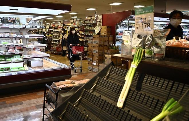 Người dân mua hàng trong siêu thị ở Tokyo, Nhật Bản ngày 6/4/2020. (Ảnh: AFP/TTXVN)