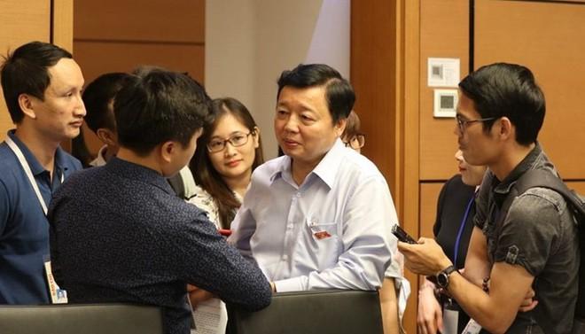 Bộ trưởng Bộ Tài nguyên và Môi trường Trần Hồng Hà trao đổi với báo chí bên hàng lang Quốc hội.