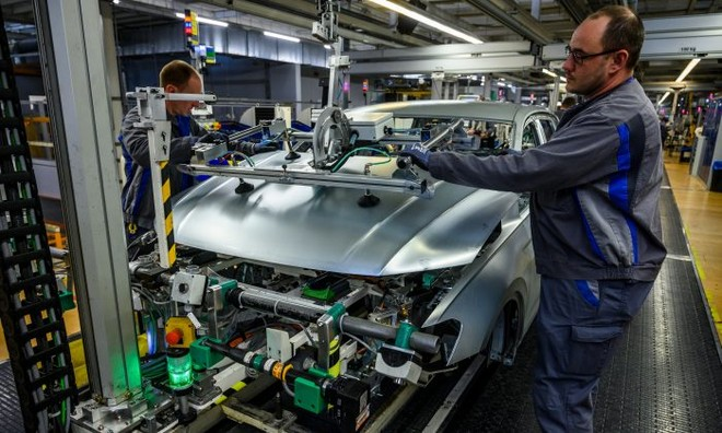 Hoạt động sản xuất ô tô tại Wolfsburg, Đức. Ảnh: AFP
