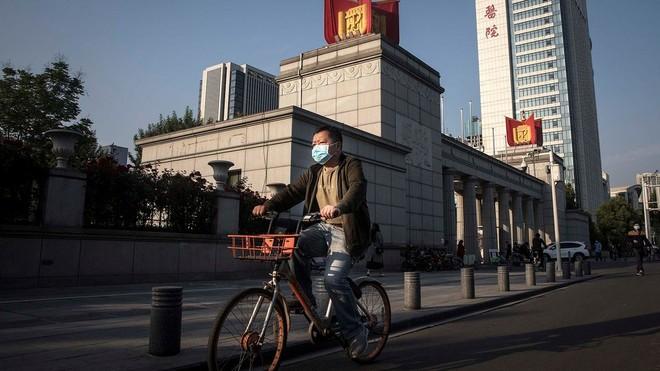 Người dân Trung Quốc đeo khẩu trang phòng dịch COVID-19 khi ra đường. Ảnh: BBC