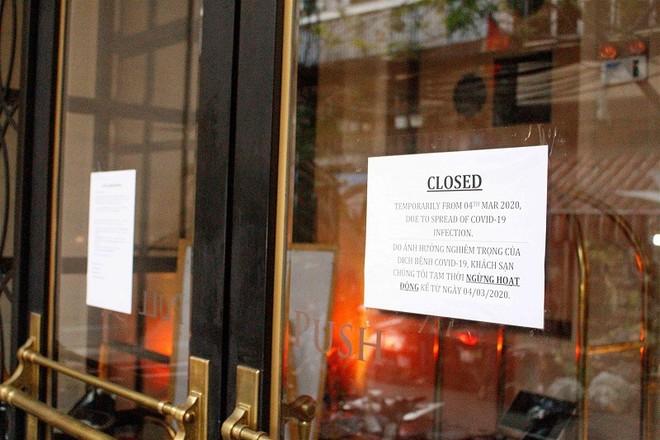 Covid-19 tái bùng phát khiến hàng loạt cơ sở kinh doanh dịch vụ phục vụ du khách tại Hà Nội phải đóng cửa.